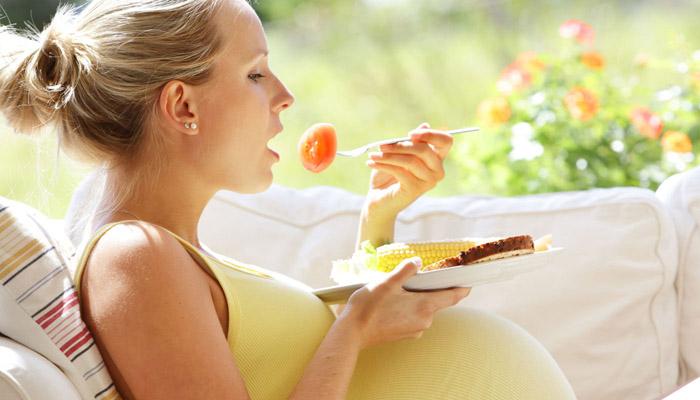 Trái cây là nguồn thực phẩm bổ sung vitamin cho bà bầu rất tốt